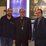 El obispo de Salamanca, junto a Alberto Fuentes de la empresa Proyecfilm y el párroco Fernando García.