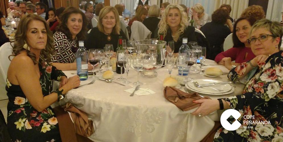 El restaurante Las Cabañas acogió a las 350 personas que participaron en la cena solidaria contra el cáncer