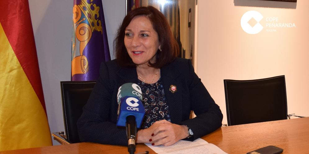 La alcaldesa de Peñaranda, Carmen Ávila de Manueles, durante la rueda de prensa en el Ayuntamiento.