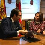 El consejero de Fomento y la alcaldesa de Peñaranda durante la firma del convenio de colaboración.