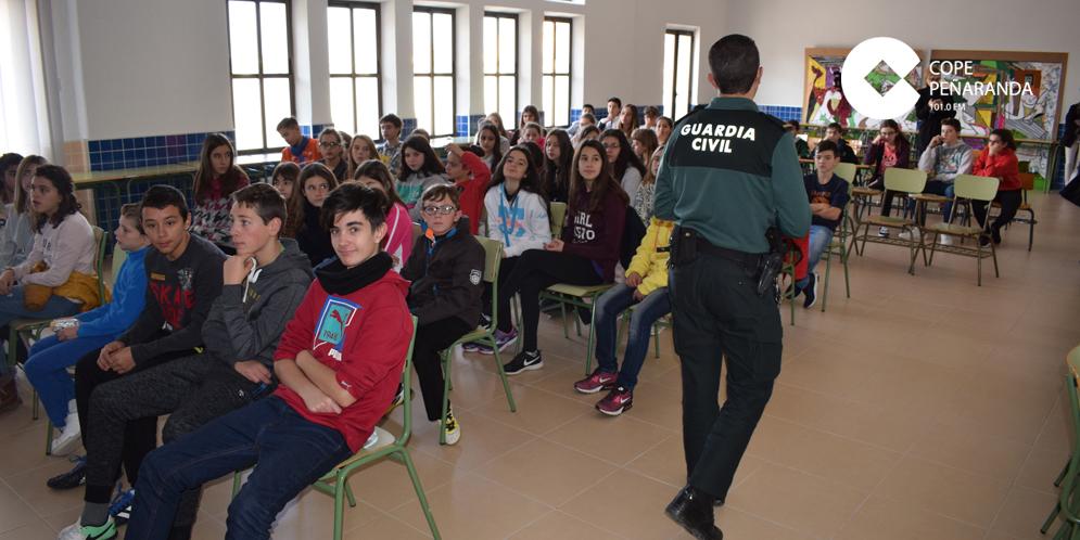 Agentes de la Guardia Civil informaron sobre el acoso escolar en el IES Peñaranda.