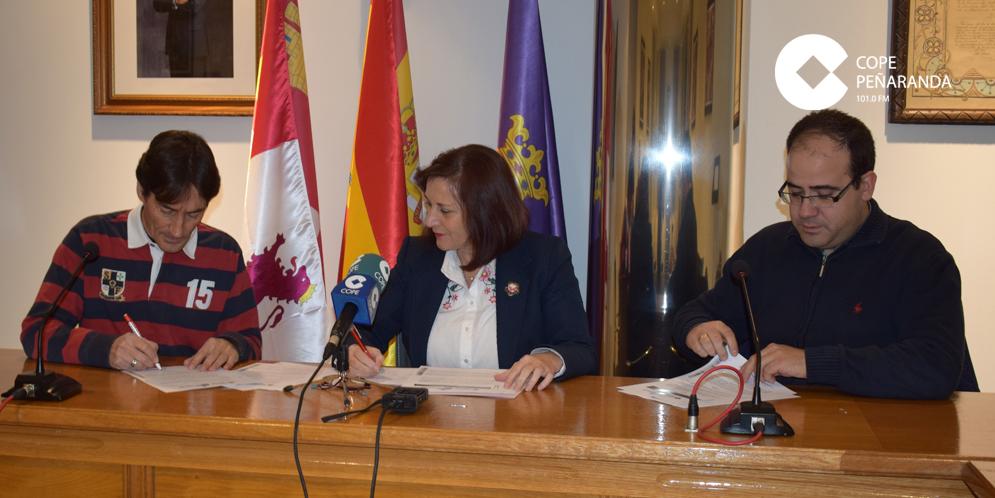 Un momento de la firma del convenio entre el Ayuntamiento y la parroquia.