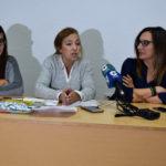 La portavoz del PP, Carmen Familiar, junto a Cristina Comillas e Iratxe Camba.