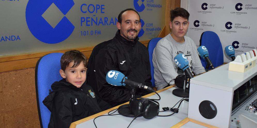 El entrenador de porteros, Miguel Marcos, junto a Victor y José, guardametas del conjunto morado.