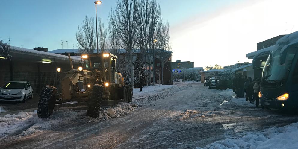 Una de las palas contraatacadas despejando de nieve el acceso al centro de salud.