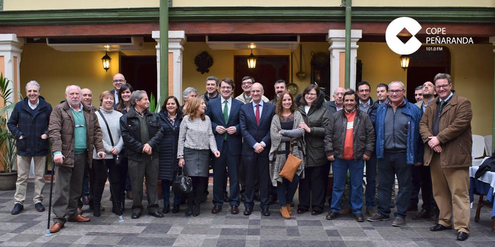 Alfonso Fernández y Javier Iglesias junto a alcaldes y portavoz del PP en la comarca.