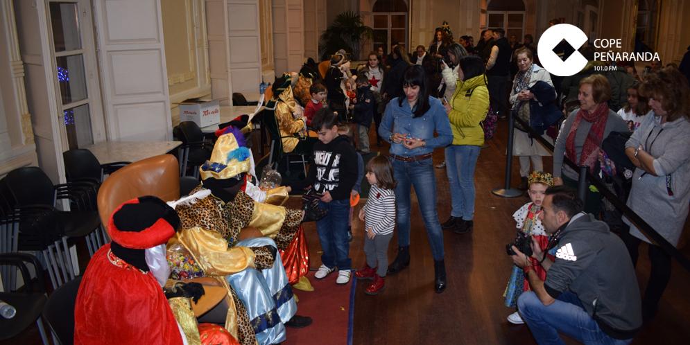 Los Reyes Magos de Oriente protagonizaron la recepción oficial con los niños peñarandinos.