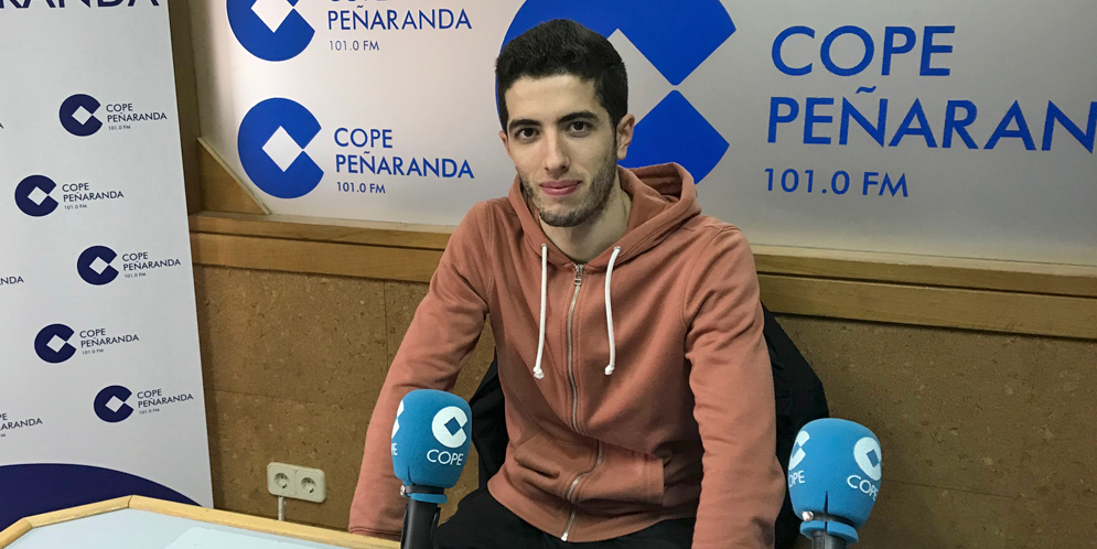 El jugador del CD Peñaranda, Salva Alfayate, en los estudios de COPE Peñaranda.