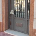 La Guardia Civil ha precintado la puerta del Ayuntamiento para poder recabar huellas y pruebas.