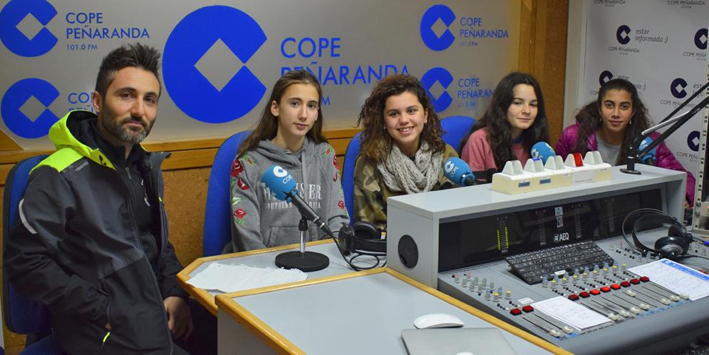 Javi Diaz, junto a Sabina, Julia, Alba y Paula, de la Escuela municipal de Atletismo.