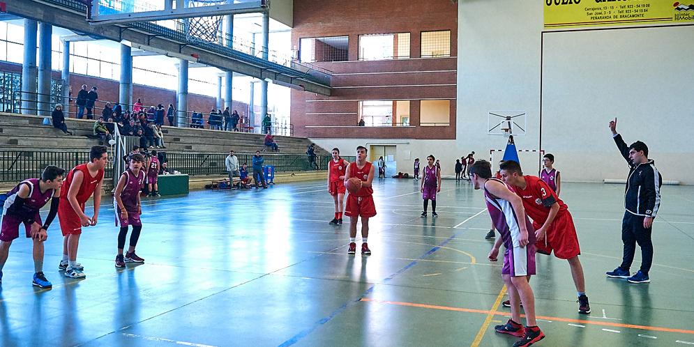 Un momento del partido entre el Peñaranda y el Villoria en los juegos escolares.