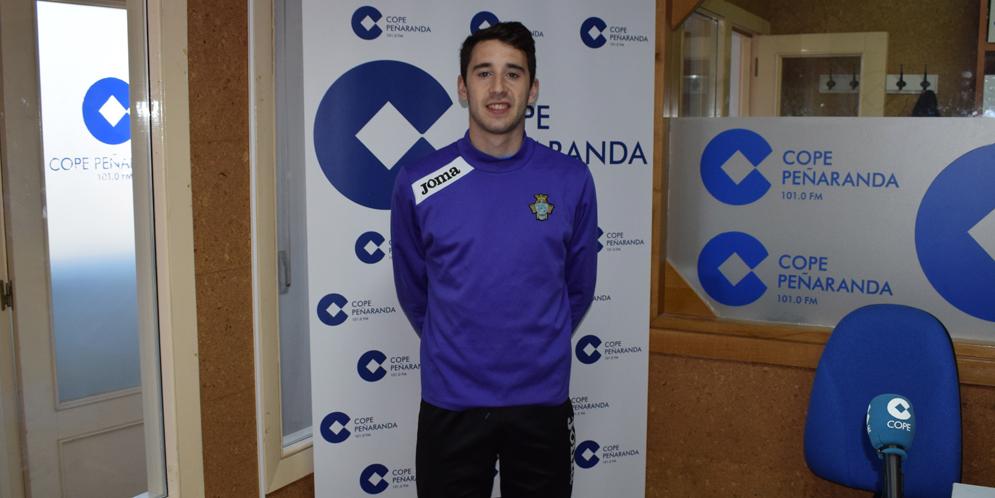 El jugador del CD Peñaranda, Mario Rodríguez, en los estudios de COPE Peñaranda.
