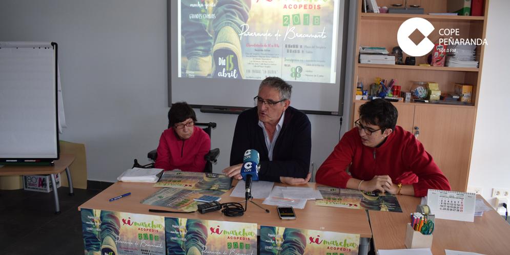 El presidente de Acopedis, Juan Madrid, junto a dos de los miembros del Centro integral .