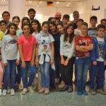 Alumnos del Colegio de la Encarnación visitaron la exposición en el primer día de su apertura.