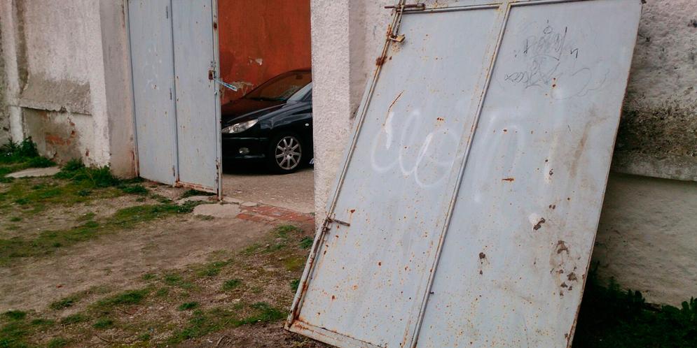 Fotografía facilitada por el Partido Popular de Peñaranda del estado de la puerta del patio del CEIP Miguel de Unamuno.