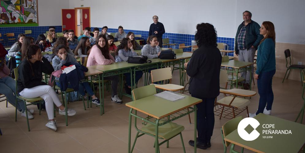 Uno de los talleres organizados por Cáritas en el IES Peñaranda