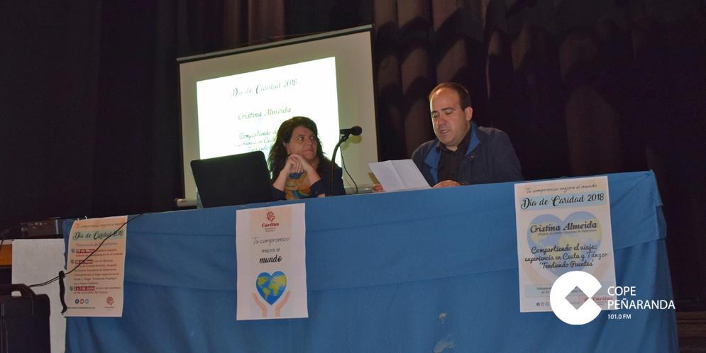 Cristina Almeida junto al párroco Fernando García, al inicio de la charla.