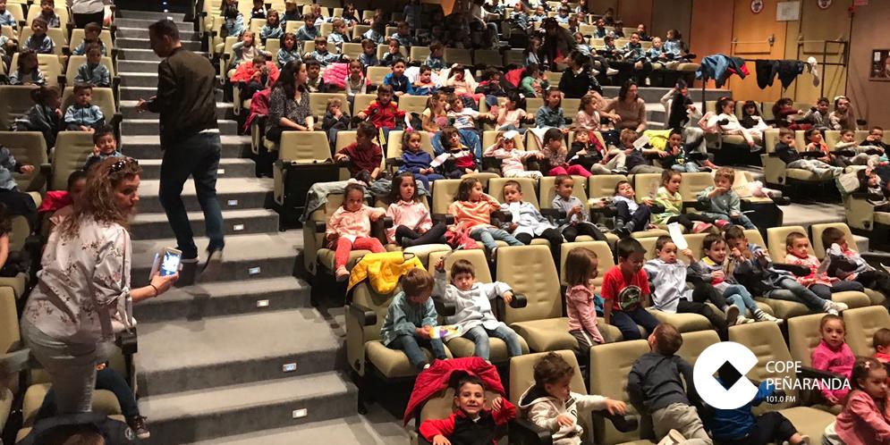 Un centenar de escolares disfrutaron con una obra de teatro de inglés.