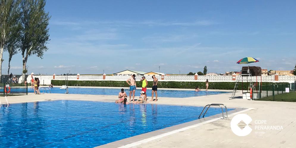 Usuarios de las piscinas municipales de Peñaranda.