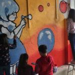 Niños y mayores colaboraron en la realización del mural participativo