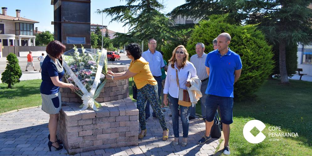 La alcaldesa de Peñaranda presidió la ofrenda floral en el 79 aniversario de la explosión del polvorín.