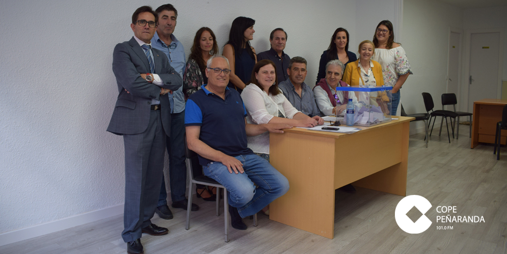 Militantes del Partido Popular en la sede de Peñaranda.