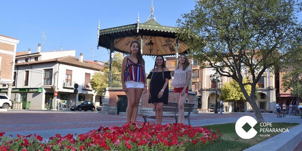 Lydia Serna, junto a Alicia Macias y Teresa Salineero, reina y damas senior de las Ferias 2018.