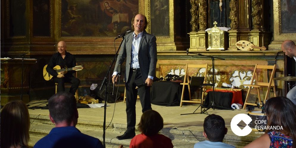 Carlos Nuñez durante su actuación en la iglesia de Salmoral.