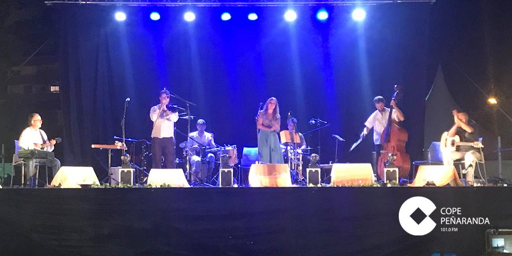 El grupo Carrión Folk durante su actuación en el parque infantil de la Huerta.
