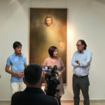 El párroco Lauren Sevillano, la alcaldesa, Carmen Ávila, y el artista, Alejandro Mesonero, durante la apertura de la exposición.