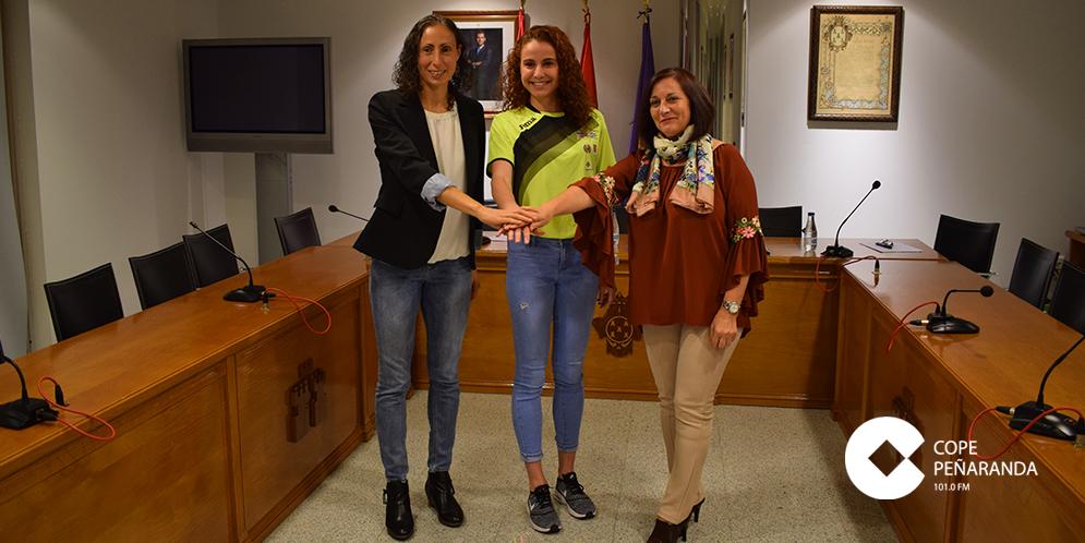 La atleta peñarandina, Lorena Martín, junto a Pilar García y Carmen Ávila.