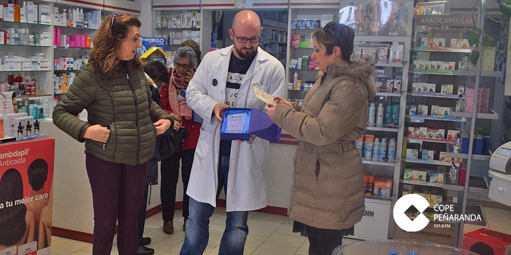 Farmacia Castillo ganó el primer premio del II Concurso de escaparates «Peñaranda en rosa».