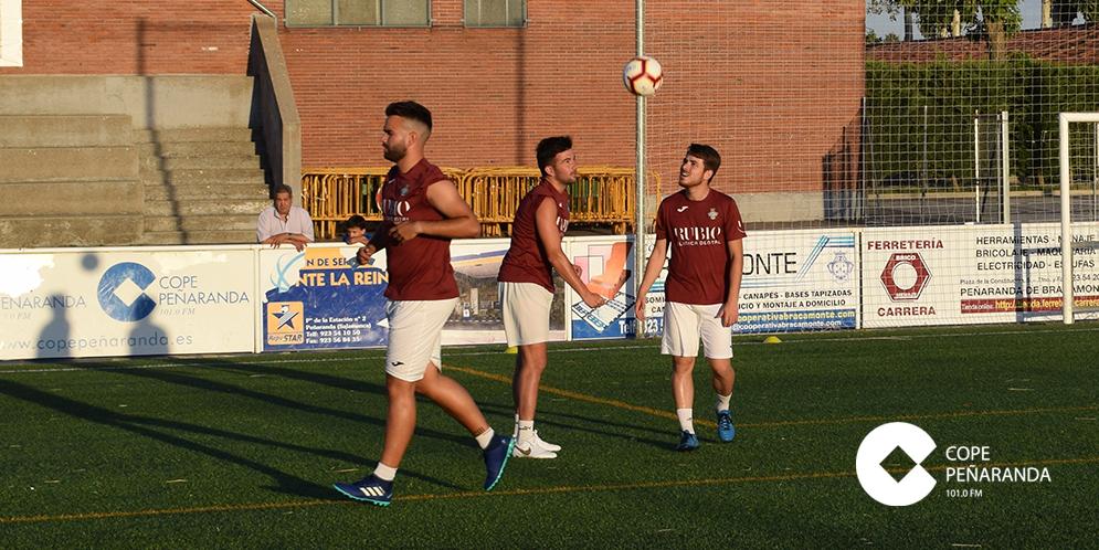 Jugadores del primer equipo del CD Peñaranda durante un entrenamiento.