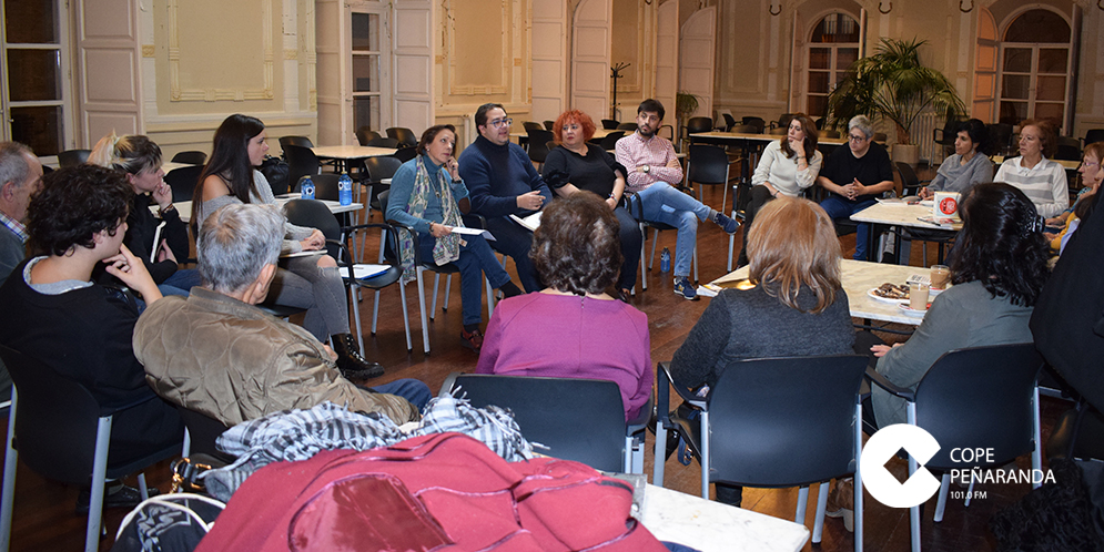 Una veintena de personas acudieron al café-tertulia organizado en el Centro Social.