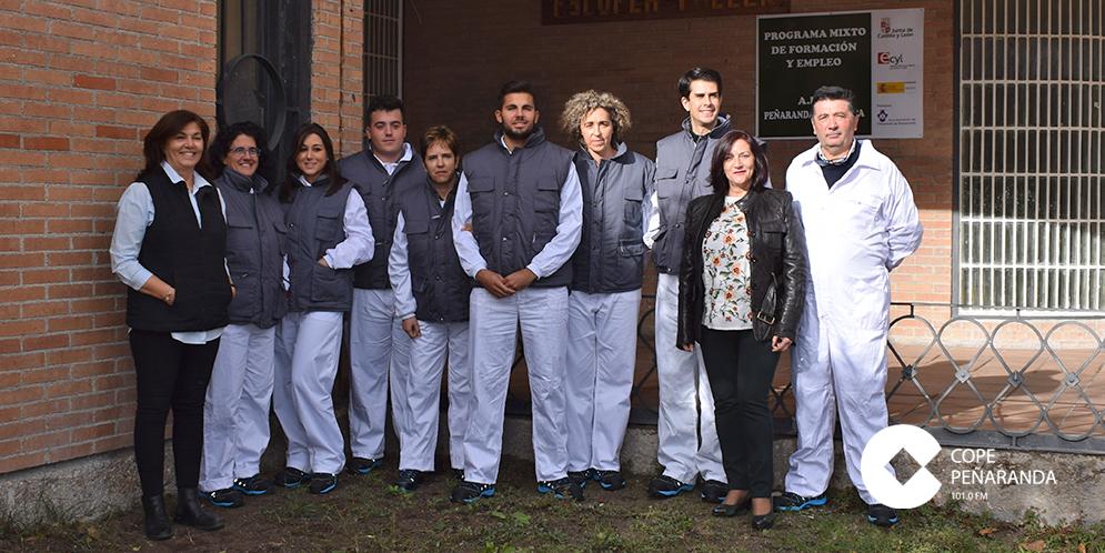 Los alumnos de Peñaranda cromática junto al equipo docente y la alcaldesa, Carmen Ávila.