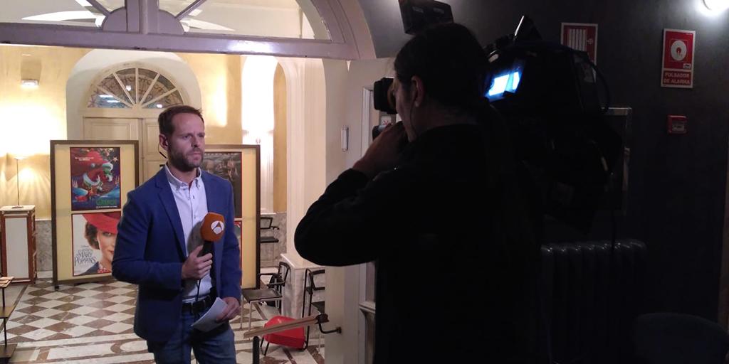 El periodista Jesús de la Torre durante la conexión en directo de Antena 3 Noticias.