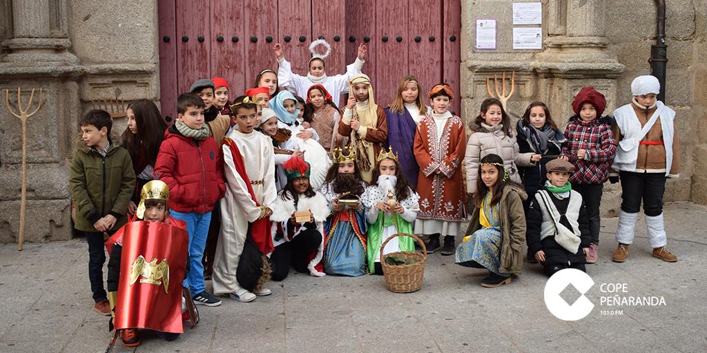 Los niños de catequesis representaron un belén viviente.