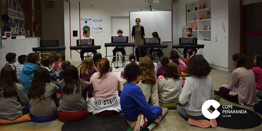 Los alumnos de piano y teclado durante su breve actuación en la sala infantil de la biblioteca.