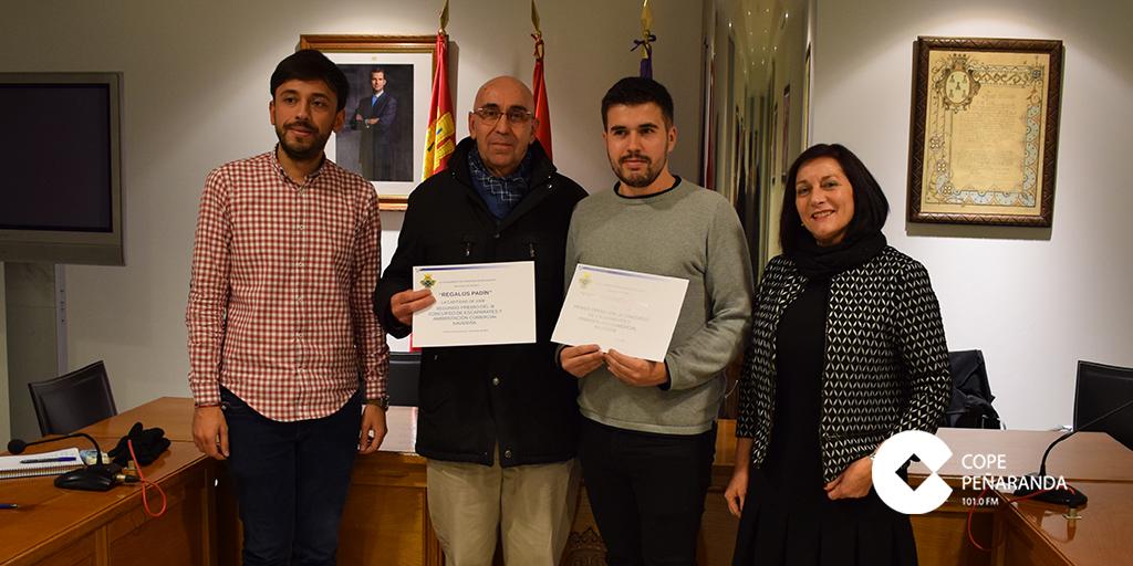 Producciones Bernal y Regalos Padin recogieron sus premios del Concurso de escaparates de navidad.