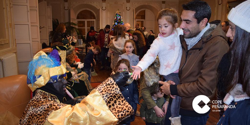 Melchor, Gaspar y Baltasar recibieron a los niños en el Centro Social.