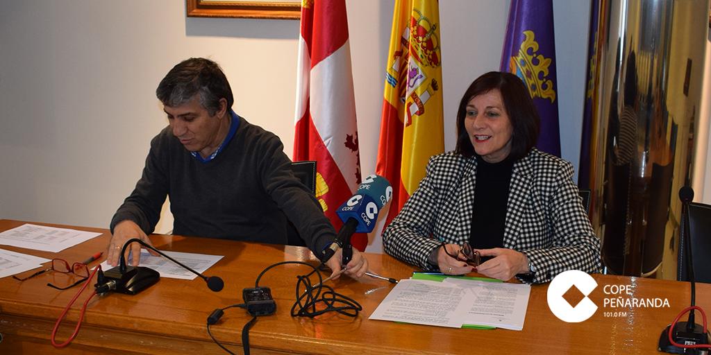 El concejal de Hacienda, Isidro Rodríguez, y la alcaldesa de Peñaranda, Carmen Ávila, presentaron el proyecto de presupuestos.