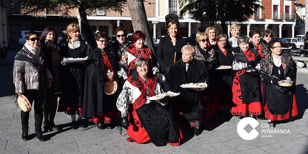 El grupo de aguederas de Peñaranda junto a la alcaldesa, Carmen Ávila de Manueles.
