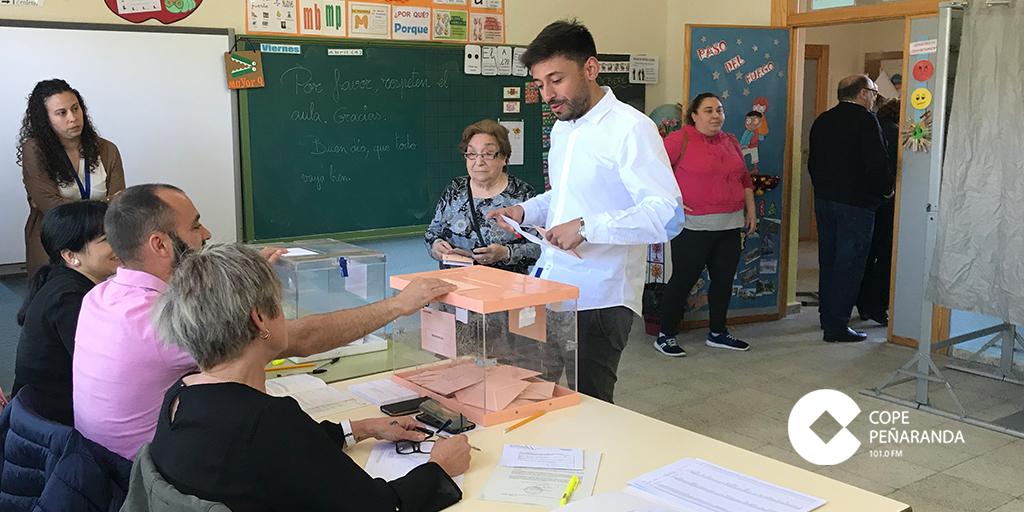 El candidato al Senado, Francisco Diaz, votó en el Colegio Miguel de Unamuno.
