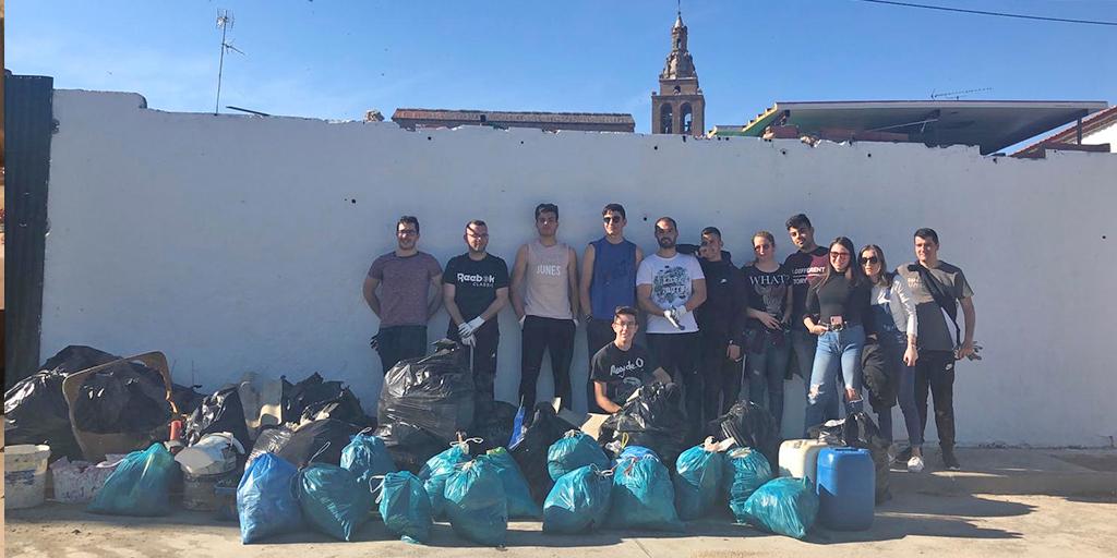 Una quincena de voluntarios participaron en este 'desafio de la basura'.