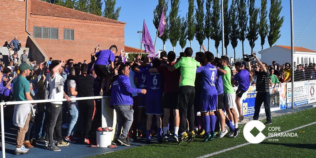Los jugadores del CD Peñaranda celebrando la victoria junto a la afición morada.