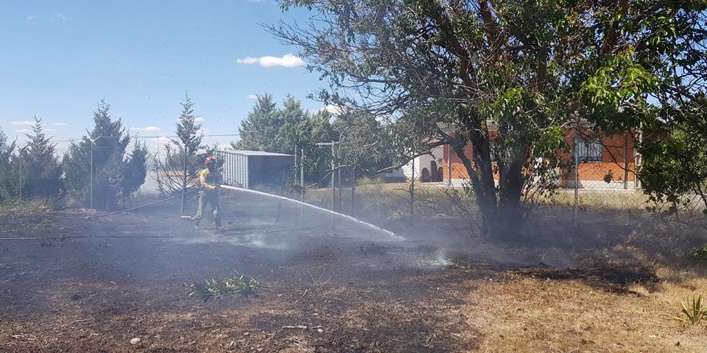 Los bomberos intervinieron en un incendio declarado en la carretera del Polígono.