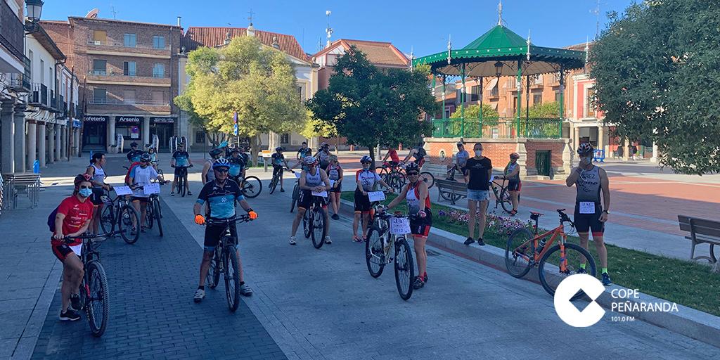 250 deportistas completan un total de 8.000 kilómetros en el reto de 37300 triatlon Peñaranda