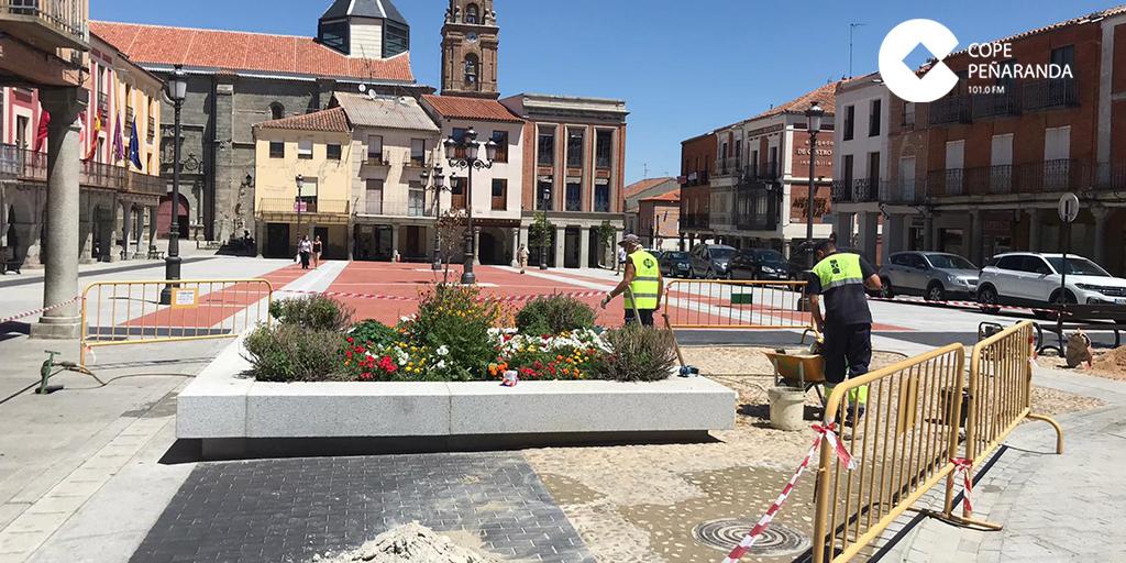 El Ayuntamiento arregla la zona empedrada de la plaza