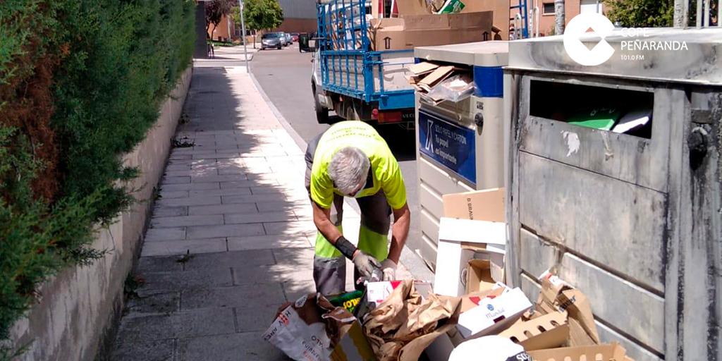 Operarios del Ayuntamiento recogen residuos junto a los contenedores de reciclaje