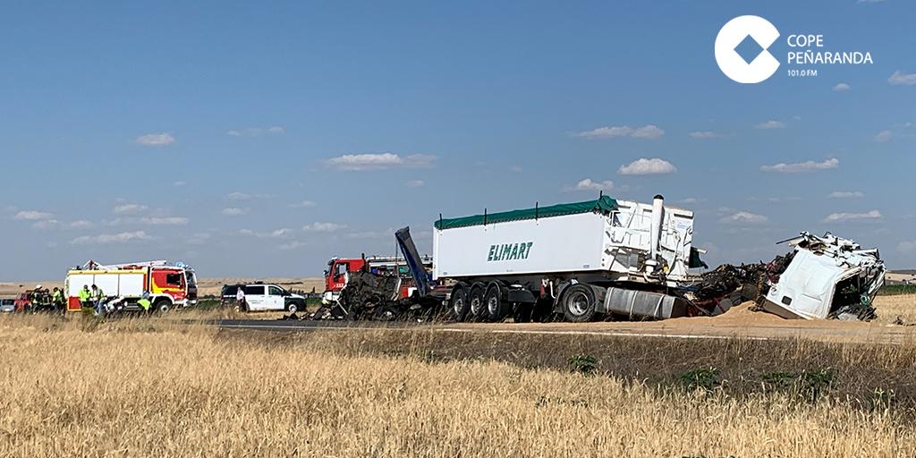 Fallecen dos personas en un choque de dos camiones en la carretera de Macotera